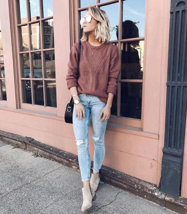 Chica usando un atuendo casual con botas camel