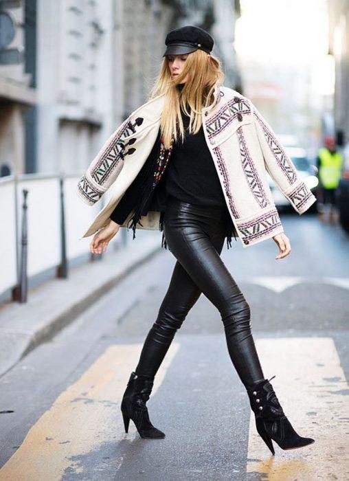 Chica usando unos botines con poncho y pantalón de lona