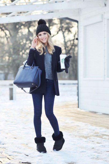 Chica usando un outfit casual con botas uggs negras