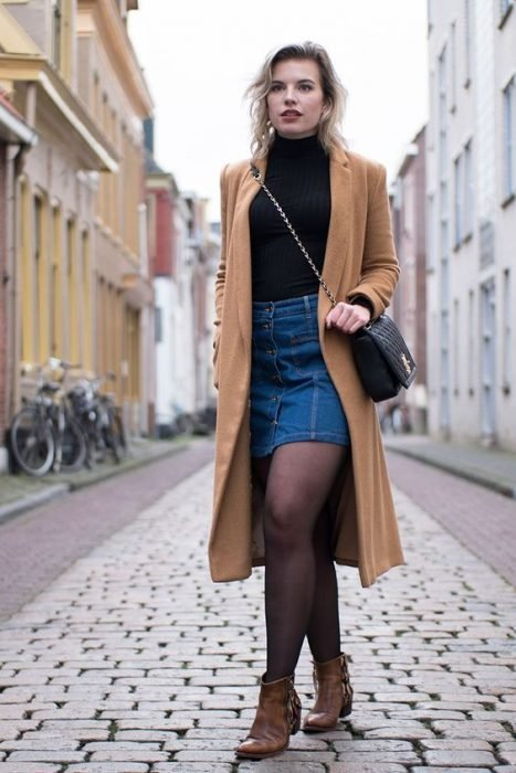 Chica usando una falda de mezclilla y botas