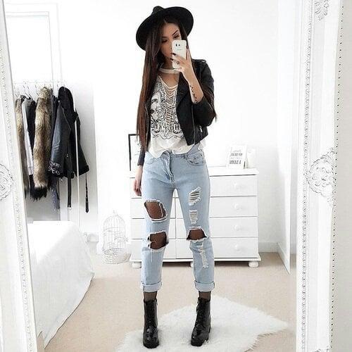 Chica usando un pantalón y botines con sombrero