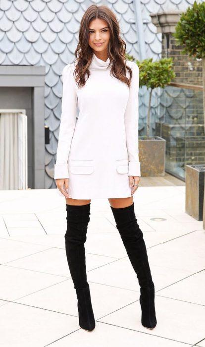 Chica usando vestido y botas hasta las rodillas
