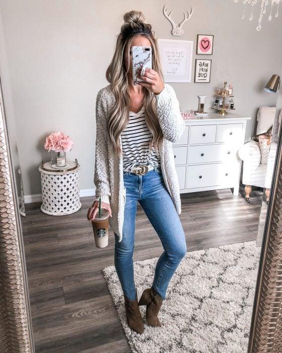 Chica con atuendo casual y botines
