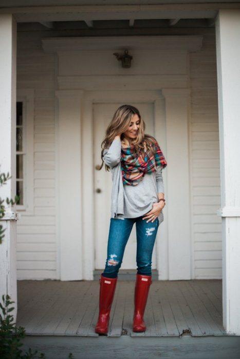 Chica usando unas botas de lluvia con un atuendo casual
