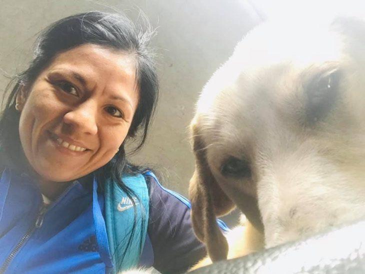 mujer acariciando un perro