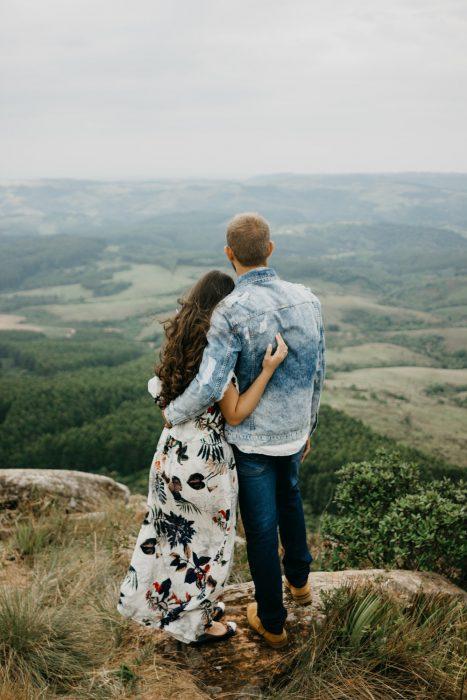 pareja abrazados mirando a horizonte