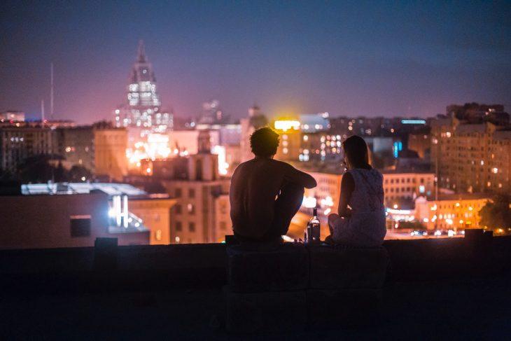 pareja de namorados mirando las luces de la ciudad