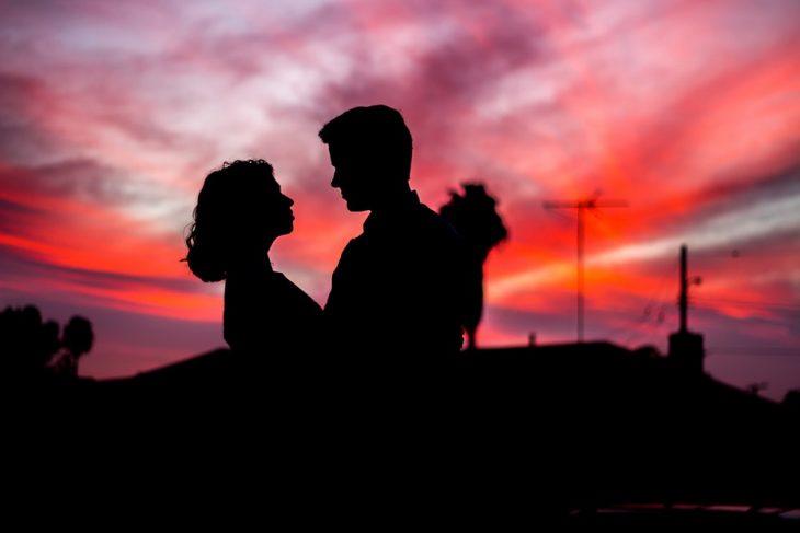 pareja de enamorados mirando el atardecer