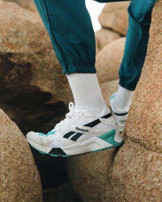 tenis blancos con calcetas y pantalón de puño