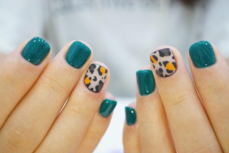 uñas de mujer esmeralda con leopardo