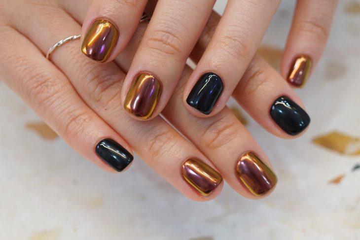 manos de mujer y uñas tornasol