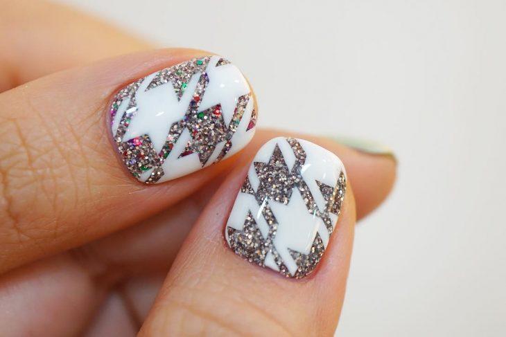 uñas de mujer blancas con gris y brillo