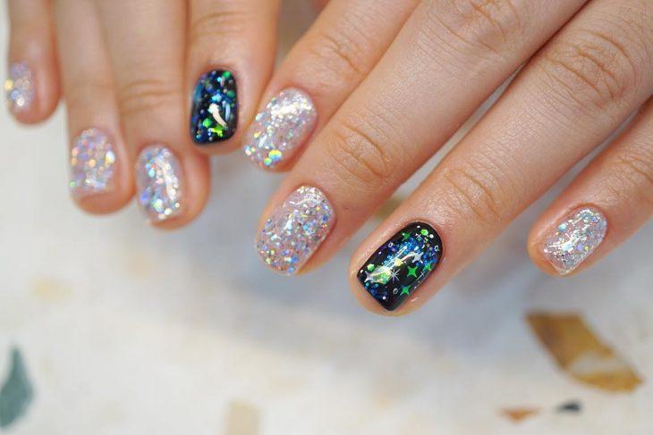 uñas plateadas con brillo y uñas verde con negro