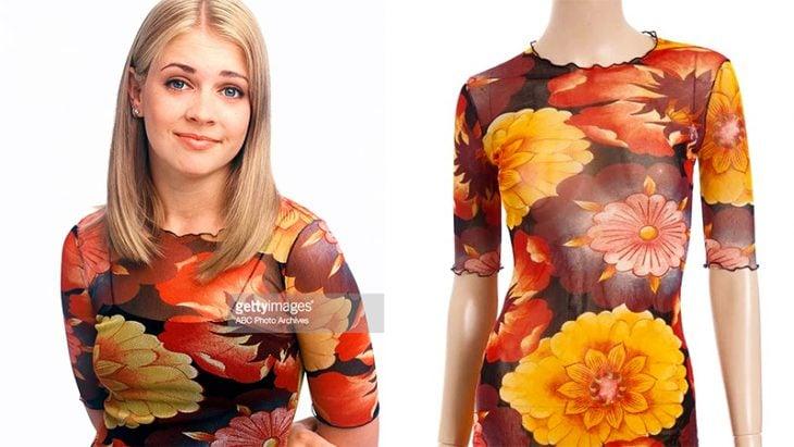 mujer con blusa transparente con flores naranjas