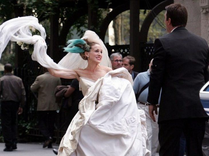 mujer con vestido de novia y pluma azul