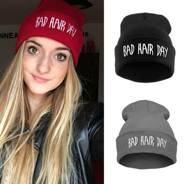 mujer rubia con gorritos bad hair day