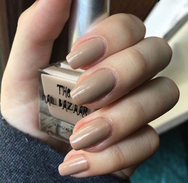 manos de mujer con uñas color nude