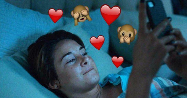 mujer con emojis y teléfono
