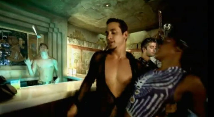 hombre con escote abierto en barra de bar gif