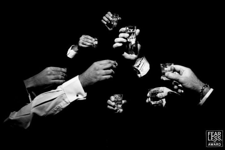 manos de hombres con tragos y brindis