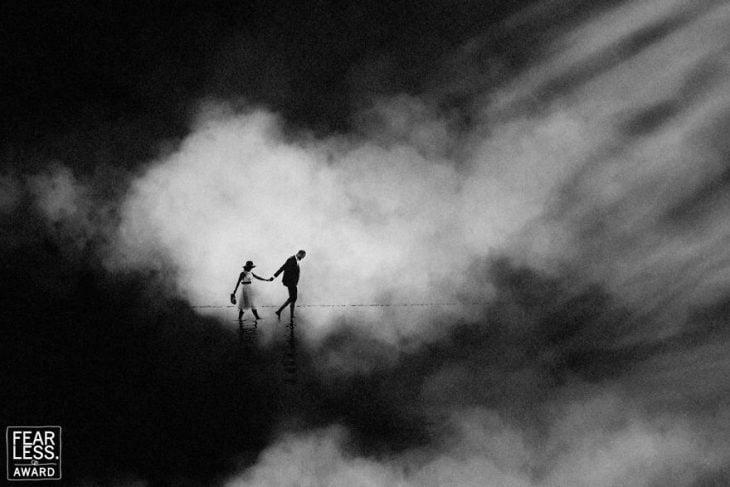 hombre y mujer entre oscuridad y humo