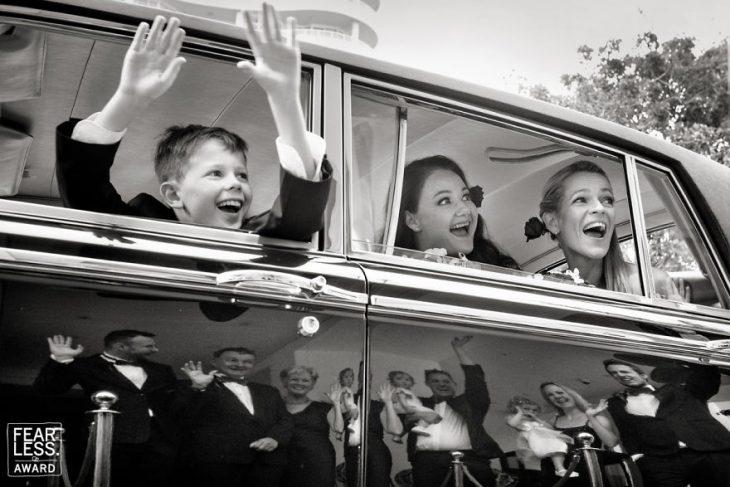 mujeres y niño en coche y familia en reflejo