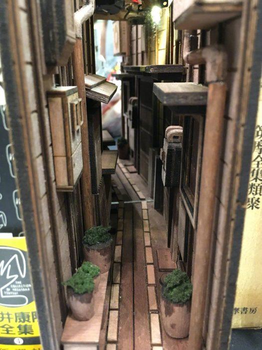 Artista japonés hizo sujetalibros recreando los callejones de Tokio