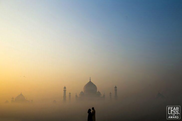 pareja de hombre y mujer entre niebla entre castillo