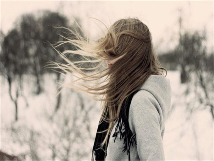 mujer rubia con cabello largo entre el bosque
