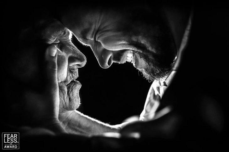 hombre sonriendo con mujer anciana abuela