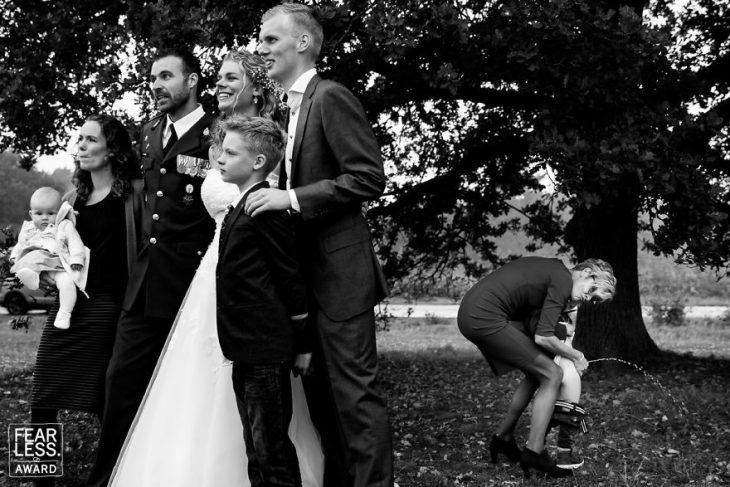 grupo familia en boda y mujer con niño atrás