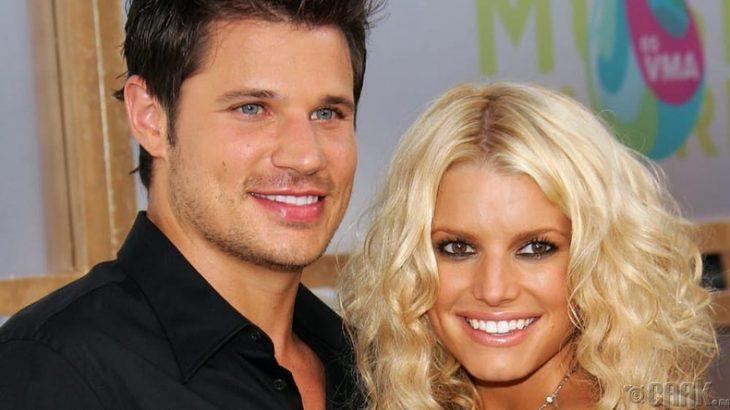 hombre rubio de ojos azules y mujer rubia sonriendo