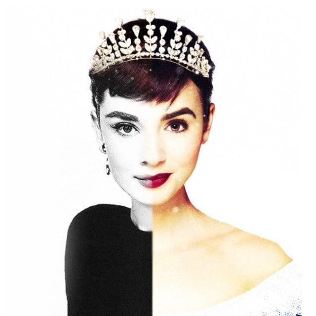 mujer con corona camisa negra sonriendo