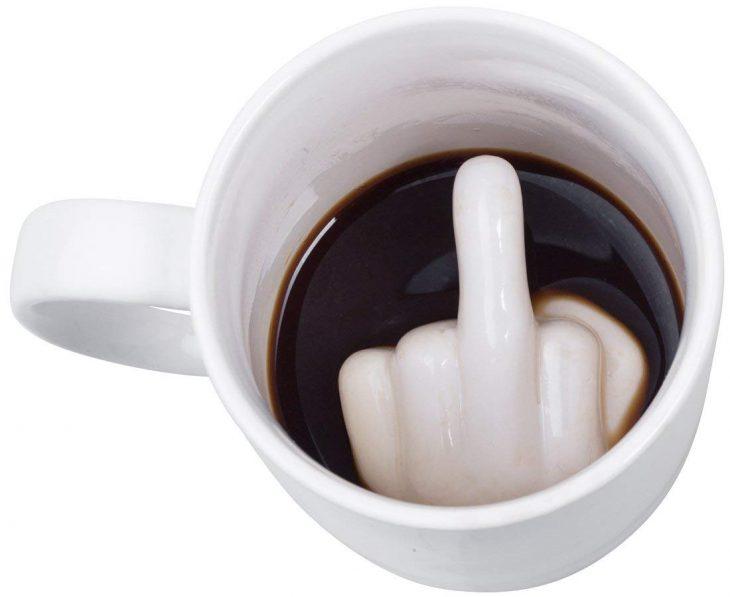 taza blanca con dedo