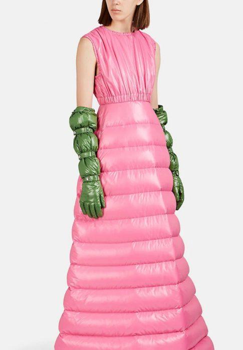 mujer con vestido rosa puff