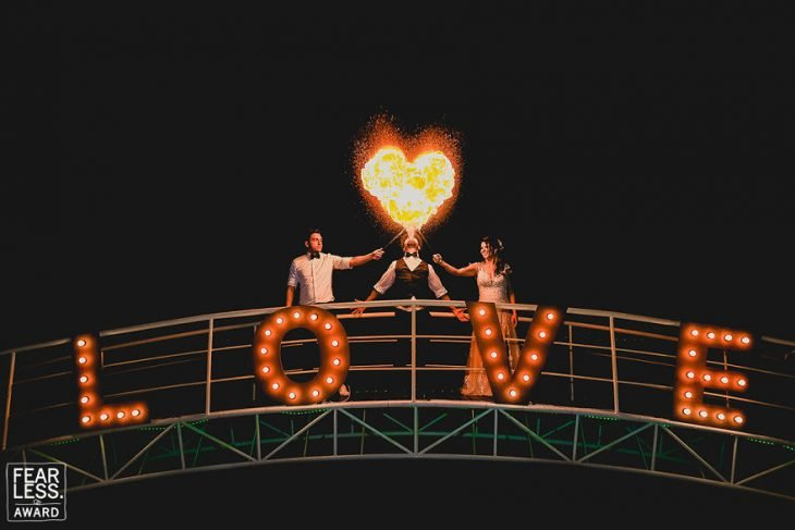 pareja con fuego corazón y letras love