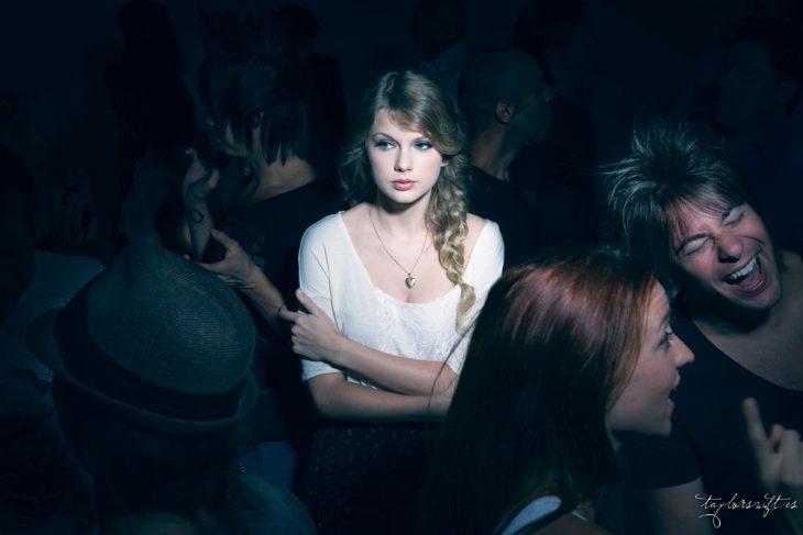 mujer blanca rubia sola entre gente