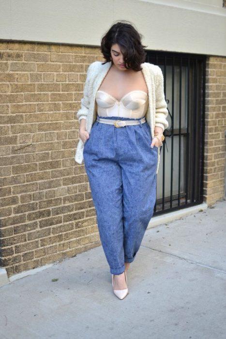 mujer con pantalón azul y corsé blanco