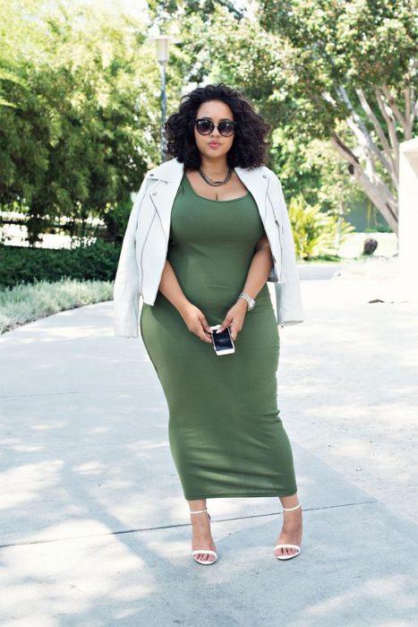 mujer con vestido verde con chamarra
