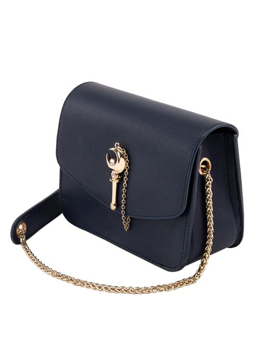 bolso negro con correa dorada