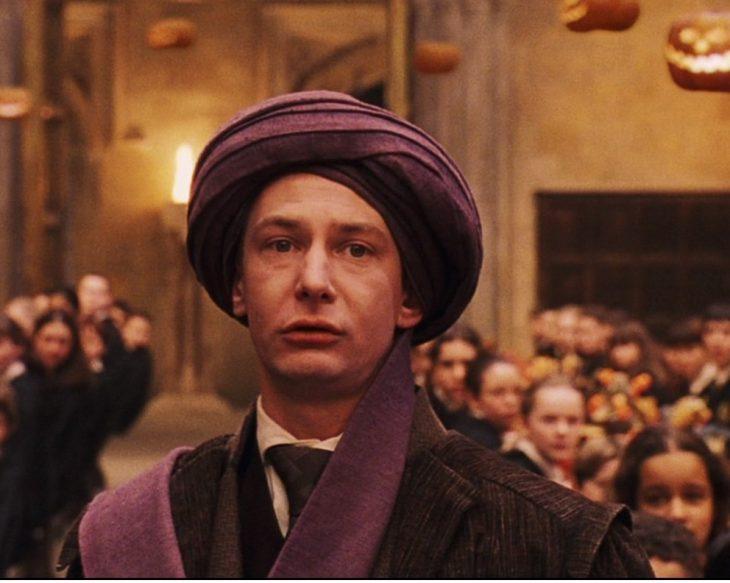 hombre con un turbante en la cabeza