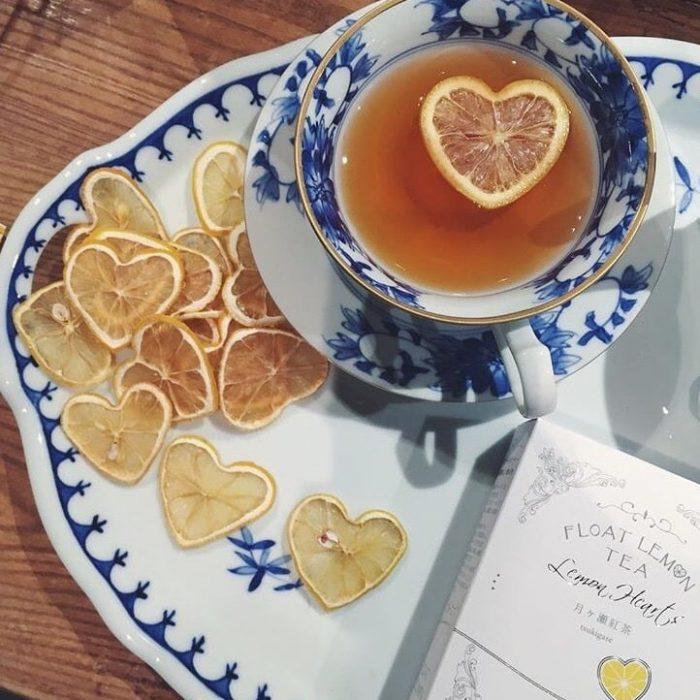 taza de té con rodajas de limón
