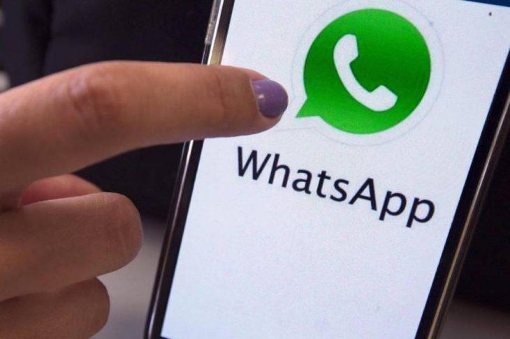 uñas de mujer con telefono y whatsapp
