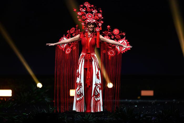 Miss ucrania en traje tipico durante el miss universo