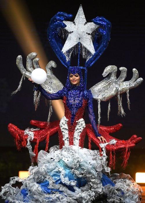Miss puerto rico con un traje impresionante de estrellas