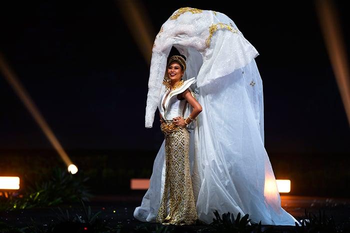 Miss tailandia en miss universo con su traje tipico