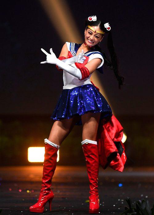 Cocursante de miss universo representando a japón usando el traje de sailor moon
