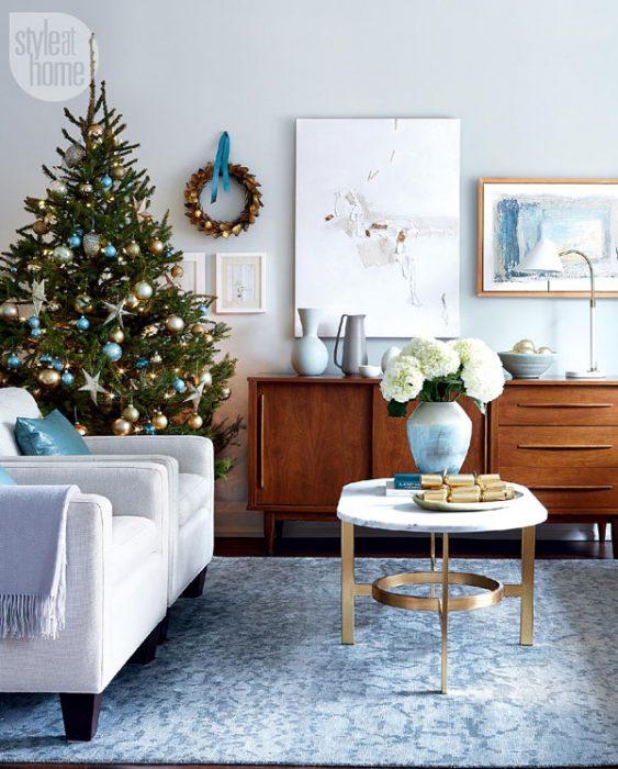 Arbol navideño con decoración azul