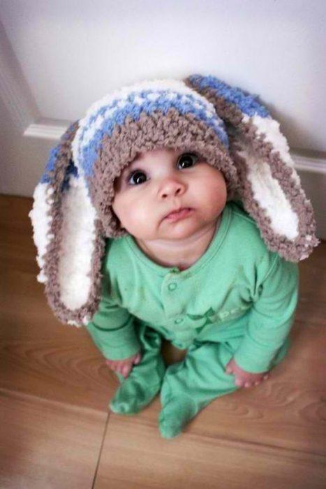 Bebé usando unas orejas de conejito