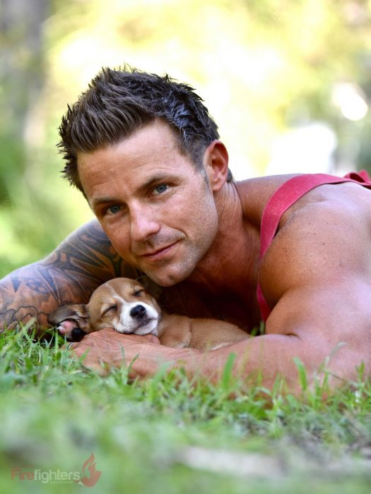 Bombero australiano posa para calendario en beneficencia de animales con perro café con blanco
